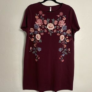 MAROON DRESS WITH FLORAL EMBROIDERY DETAIL